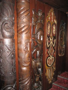 Carvings along the entrance to Trader Vic's in M�nchen