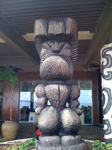 Large tiki between the outdoor bar and indoor restaurant at Don the Beachcomber in Kailua-Kona